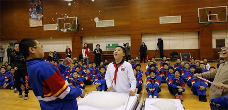 Students do scientific experiments in Beijing